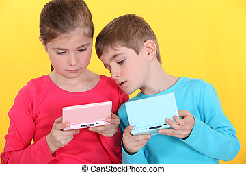 kinderen spelende, met, handheld, wedstrijd console
