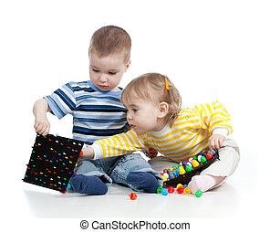 kinderen spelende, met, mozaïek, speelbal, op, witte achtergrond