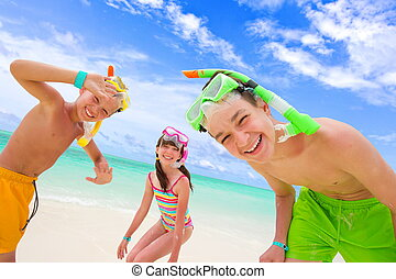 kinderen spelende, op, strand