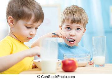 kinderen te eten, gezonde , kleuterschool, voedingsmiddelen, thuis, of