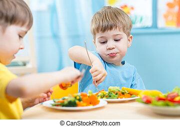 kinderen te eten, groentes, kinderen, kleuterschool, thuis, of
