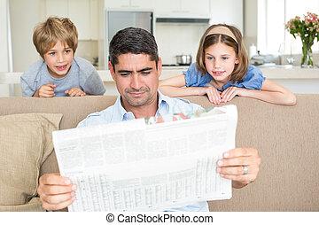 kinderen, vader, lezende krant
