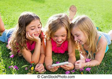 kinderen, vriend, meiden, spelend, internet, met, smartphone