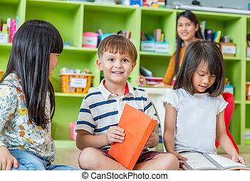 kinderen, zitten op vloer, en, lezende , verhaal, boek, in, preschool, bibliotheek, met, leraar, school, opleiding, concept.