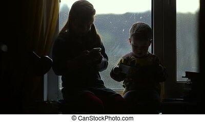 kinderen, zittende , op, de, windowsill