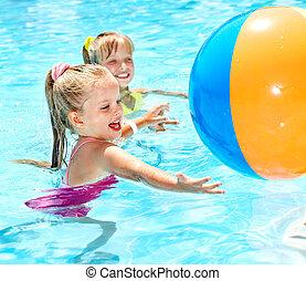 kinderen, zwemmen, in, pool.