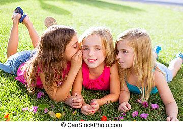 kinderenmeisjes, spelend, het fluisteren, op, bloemen, gras