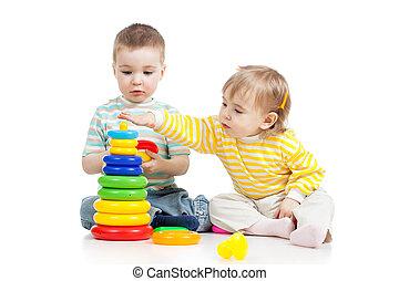 kinderenmeisjes, spelend, speelgoed, samen