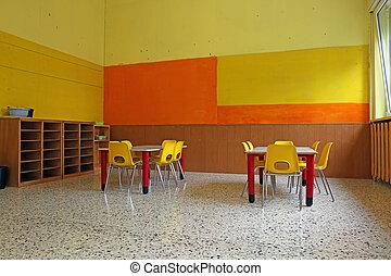 kindergarten, klassenzimmer, mit, schreibtische, und, gelber , stühle
