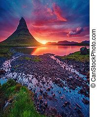 kirkjufell, vulkan, der, kueste, von, snaefellsnes, peninsula., ort, berühmt, kirkjufellsfoss, wasserfall, island, europe.