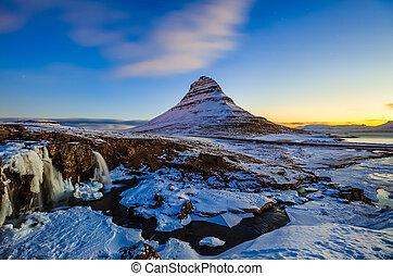 kirkjufellsfoss, cascata, con, kirkjufell, montagna, a, alba, islanda, europa
