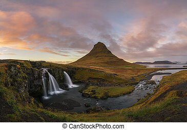 kirkjufellsfoss, y, iglesia, montaña, en, ocaso