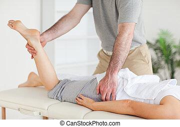 kiropraktor, strækninger, en, kvindelig, customer's, ben