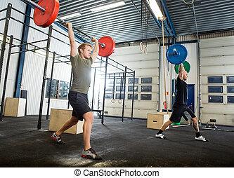 kis kézi súlyzók, atléta, gyakorlás