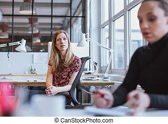 kisasszony, ülés, -ban, neki, íróasztal, külső, gondolkodó