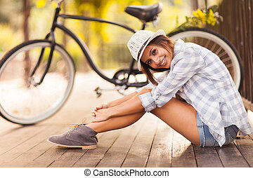 kisasszony, ülés, mellett, neki, bicikli, szabadban