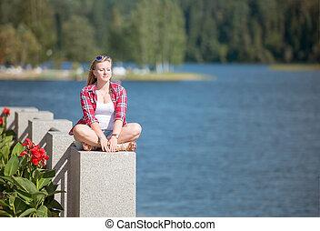 kisasszony, ül lotus helyzet, képben látható, a, erdő, tó