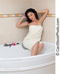 kisasszony, a peremen, közül, egy, fürdőkád