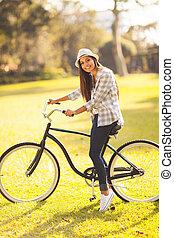 kisasszony, elnyomott bicikli, szabadban