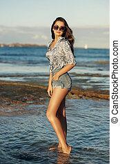 kisasszony, gyalogló, -ban, tengerpart