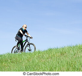 kisasszony, lovaglás, egy, hegy bicikli