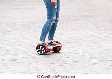 kisasszony, lovaglás, egy, hoverboard, képben látható, város, square., új, mozgalom, és, szállít, technologies., elzáródik, közül, kettős, gördít, maga, kiegyensúlyozott, elektromos, skateboard., emberek, képben látható, elektromos, roller, outdoors.