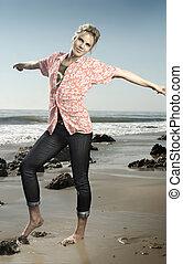 kisasszony, mosolygós, képben látható, tengerpart