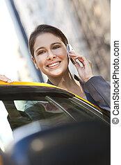 kisasszony, társalgás sejt telefon, által, sárga taxi