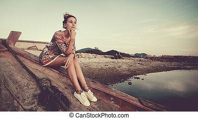 kisasszony, van, ülés, képben látható, a, hajótörés, és, külső at, a, sunset.