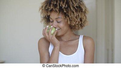 kisasszony, zöld alma, kézbesít