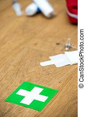 kit de primeros auxilios, y, verde, cruz, en, un, de madera, superficie