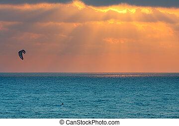 kitesurfer, op, middellandse zee, op, ondergaande zon , in,...