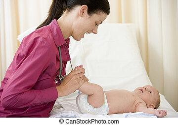 kivizsgálás, vizsgálat, orvos, odaad, csecsemő, mosolygós, szoba