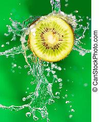 kiwi, in, water, op, een, groene achtergrond