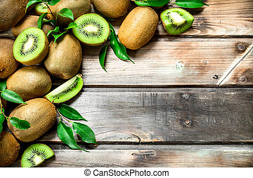 Kiwi slices with leaves.