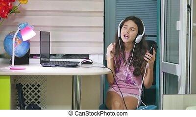 kiwnięcia, headphones., taniec, tańce, być w domu, muzyka, nastolatek, online, uczennica, dziewczyna, śpiew, słucha