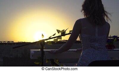 kiwnięcia, kobieta, gry, romantyk, słońce, sunset., młody, tło., piano, muzyka, występuje, cyfrowy, dziewczyna, ładny, blondynka, rusztowanie
