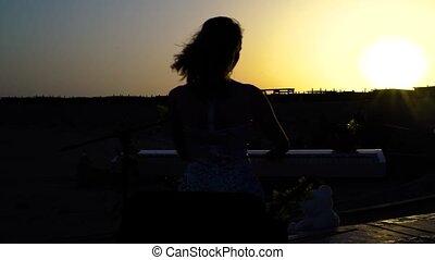 kiwnięcia, kobieta, sylwetka, romantyk, słońce, sunset., tło., muzyka, występuje, cyfrowy, gry, piano, ładna dziewczyna, rusztowanie