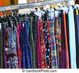 kläder, och, klänningar, för, kvinnor, in, årgång, stil, till salu, hos, loppmarknad