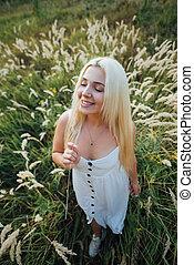 klänning, flicka, blondin, gräs, stående, utsikt., vita högsta, le