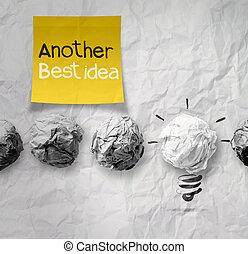 klæbrig notere, hos, en anden, ide, lys pære, på, crumpled avis, idet, kreative, begreb