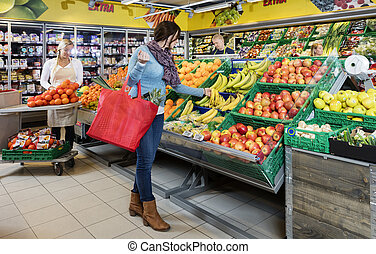 klant, aankoop, fris, bananen, in, kruidenierswinkel, winkel