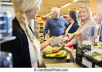 klant, geven, pakket, om te, kassier, op, checkout logenstrafen