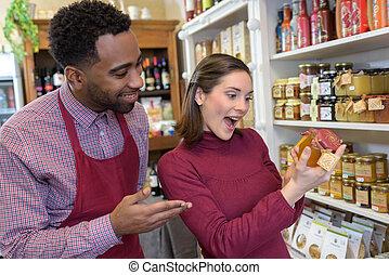klant, het kijken, verrukt, met, product, in, winkel