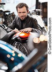 klant, het onderzoeken, leder, mannen, jonge, vrolijk, motorfiets, motorcycle., kleding, aankoop, voor