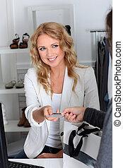 klant, in, kleinhandelswinkel, lonend, met, kredietkaart