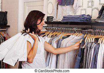 klant, kies, kleren, van, rek, in, de opslag van de kleding