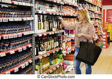 klant, kies, olijvenolie, in, supermarkt