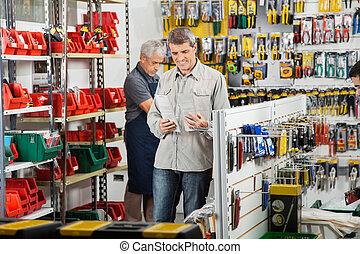 klant, kies, soldeerbout strijkijzer, in, winkel