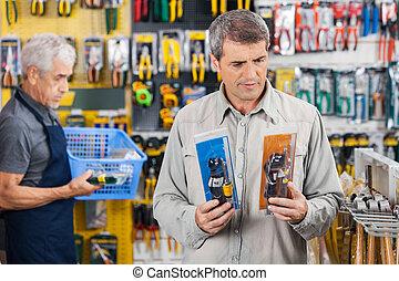 klant, kies, soldeerbout strijkijzer, op, hardware winkel